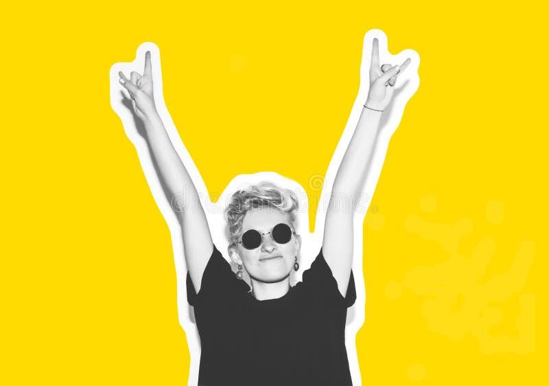 Стильная блондинка моды с коллажем коротких волос красочным Шальная девушка в черной футболке и солнечных очках утеса scream иллюстрация вектора