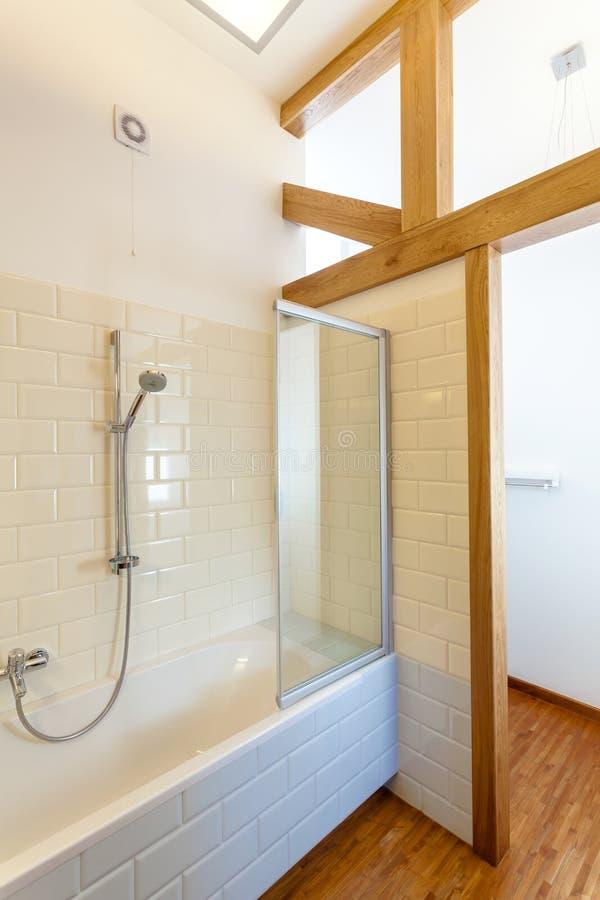 Стильная ванна в новом доме стоковое фото rf