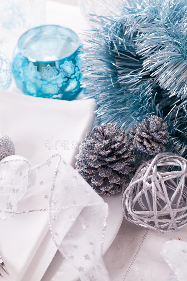 Стильная голубая и серебряная сервировка стола рождества стоковые изображения rf
