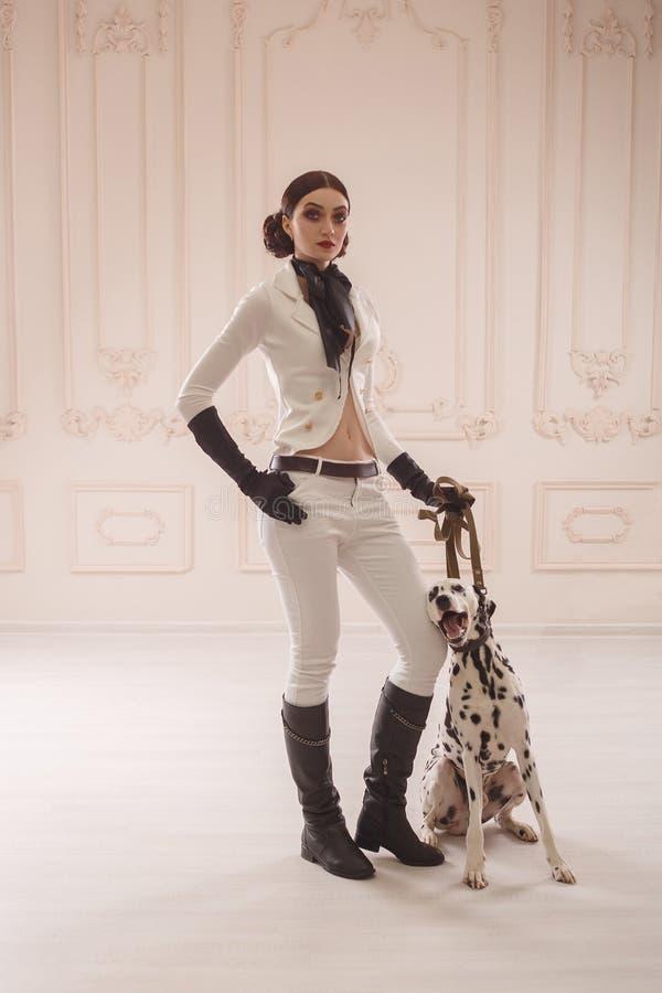 Стильная девушка в всаднике костюма стоковые фото