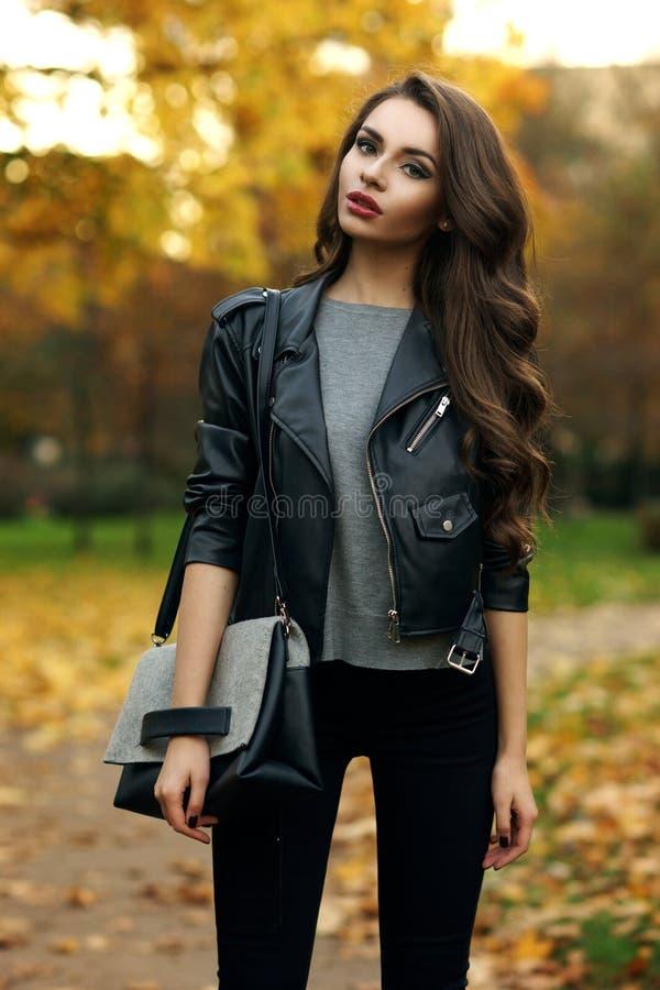 Стильная девушка в парке стоковые изображения rf