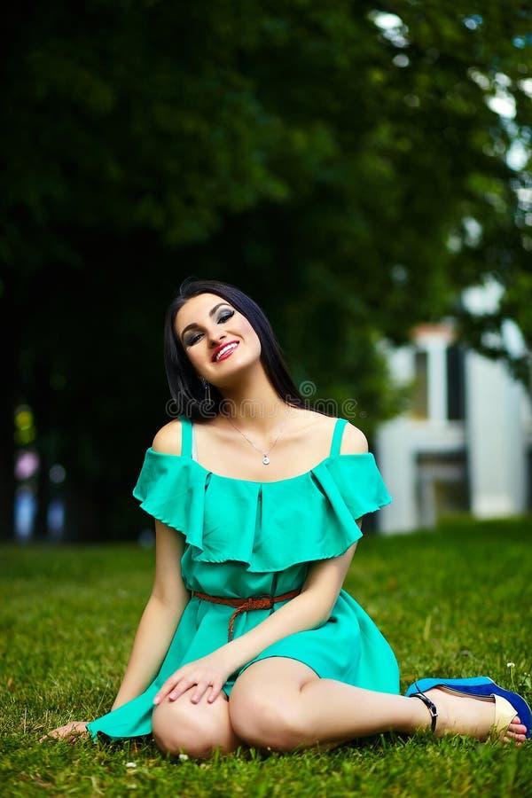 Стильная девушка женщины на вскользь зеленом платье стоковое фото rf