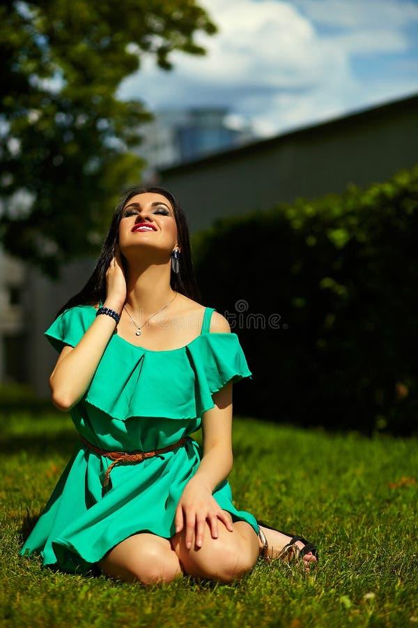 Стильная девушка женщины на вскользь зеленом платье стоковые фото