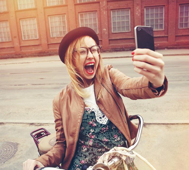 стильная девушка используя smartphone стоковая фотография rf