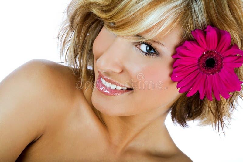 Стильная девушка с цветком в волосах стоковые изображения