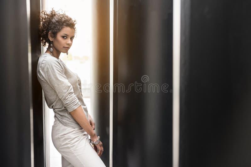 Стильная задумчивая подростковая женщина стоит самостоятельно стоковые изображения