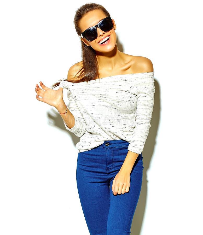 Стильная красивая модель в одеждах лета стильных в студии стоковые фотографии rf