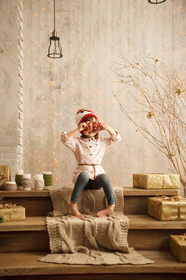 Стильная маленькая девочка в свете - розовом платье стоковые фото