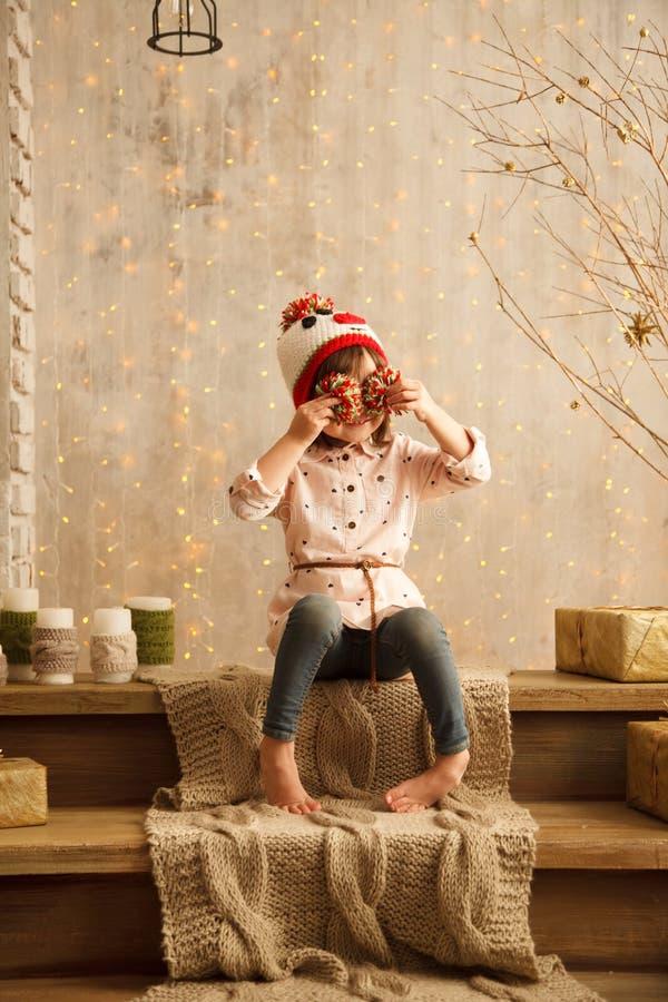 Стильная маленькая девочка в свете - розовом платье стоковая фотография