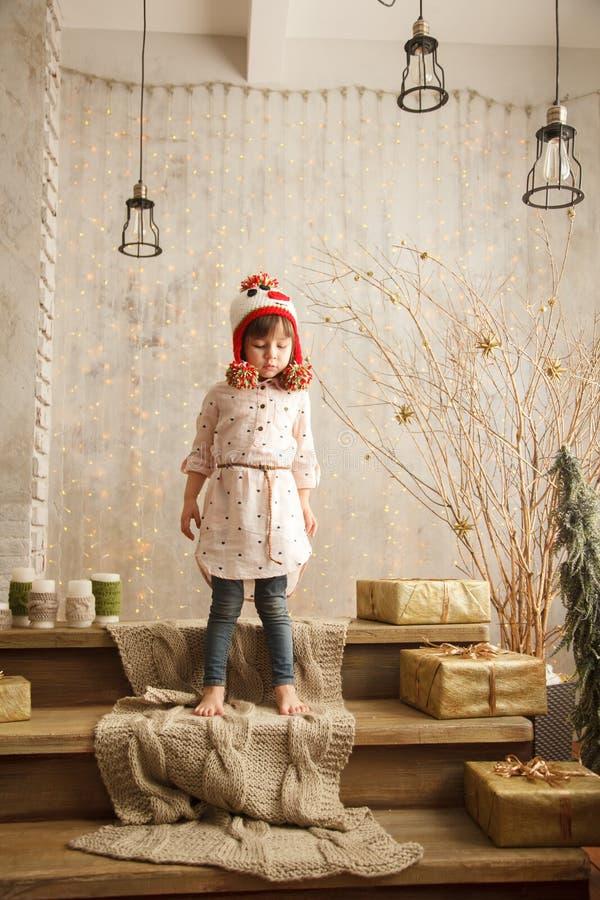 Стильная маленькая девочка в свете - розовом платье стоковое изображение