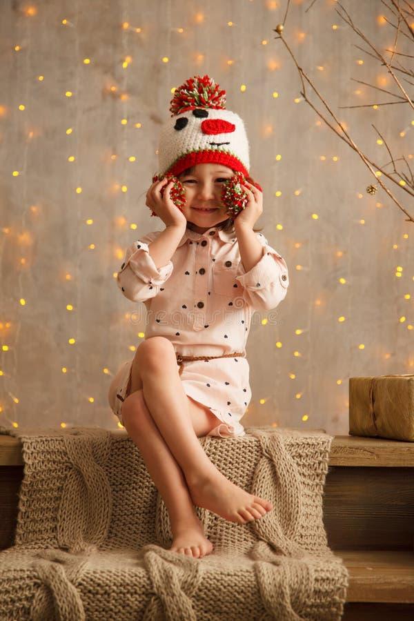 Стильная маленькая девочка в свете - розовом платье стоковое фото rf