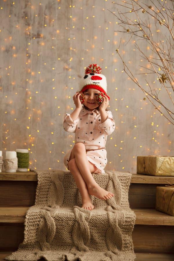 Стильная маленькая девочка в свете - розовом платье стоковое изображение rf