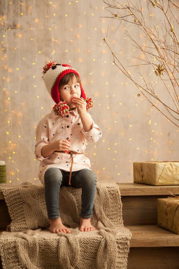 Стильная маленькая девочка в свете - розовом платье стоковое фото