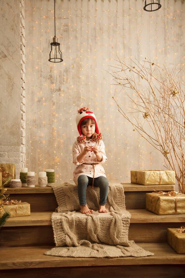 Стильная маленькая девочка в свете - розовом платье стоковые изображения rf
