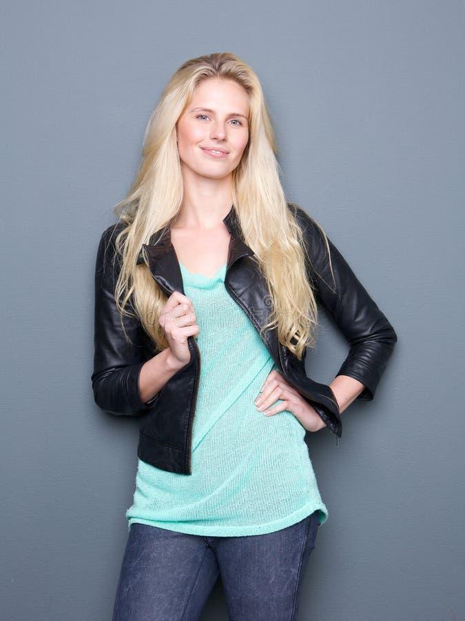 Download Стильная молодая женщина с кожаной курткой Стоковое Изображение - изображение насчитывающей здорово, женщина: 40583005