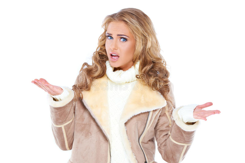 Стильная молодая женщина shrugging ее плечи стоковая фотография rf