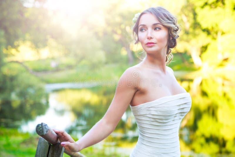 Стильная молодая невеста Outdoors на зеленой предпосылке природы фото тонизировало стоковое фото rf