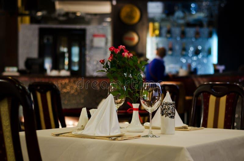 Стильная сервировка стола на ресторане стоковое фото