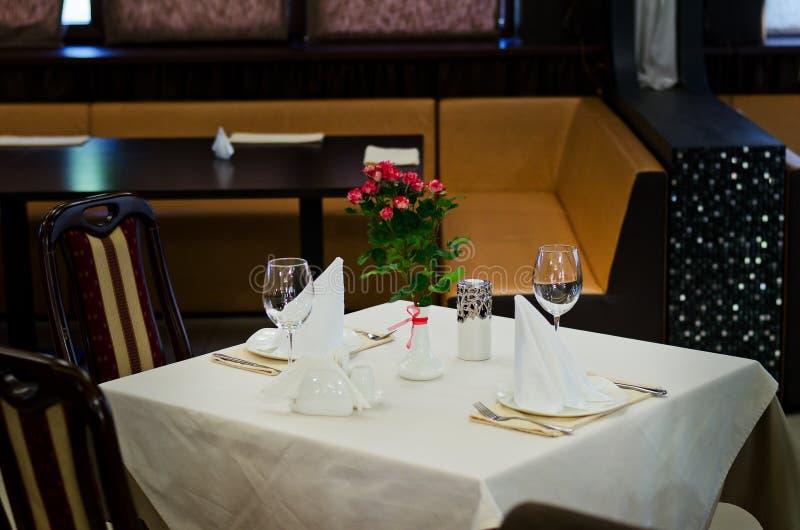 Стильная сервировка стола на ресторане стоковые фотографии rf