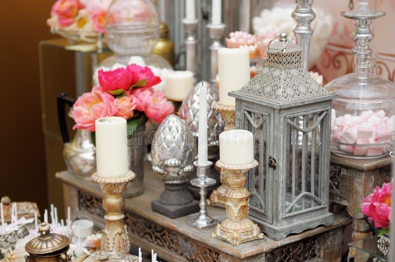 Стильная сладостная таблица на свадебном банкете стоковая фотография