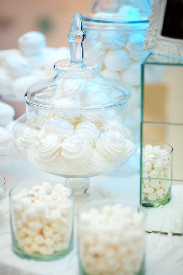 Стильная сладостная таблица для свадебного банкета стоковое фото rf