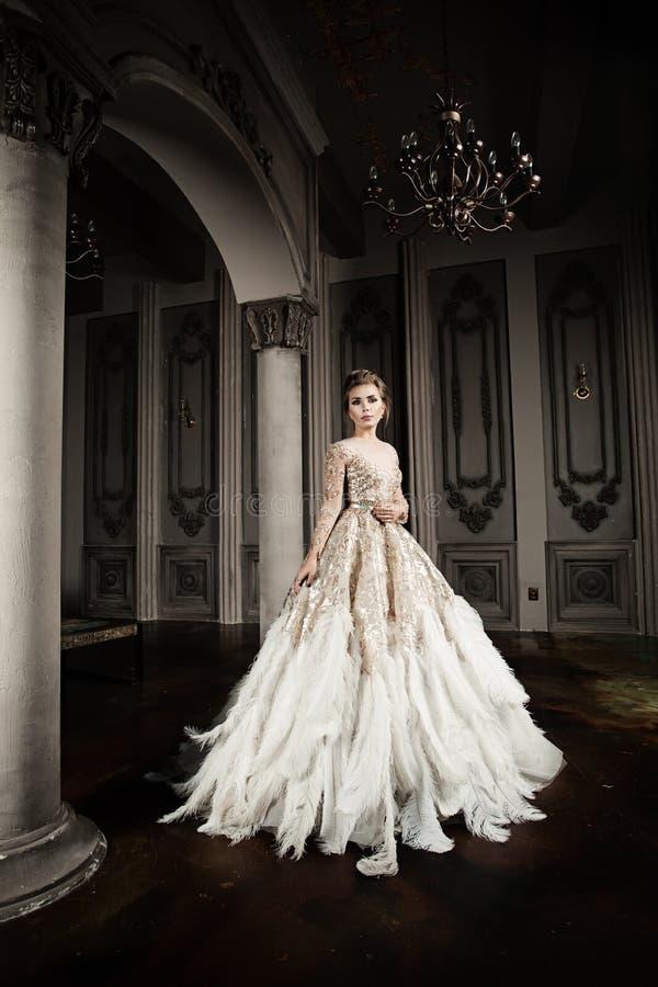 Стильная фотомодель в модном платье стоковые фотографии rf