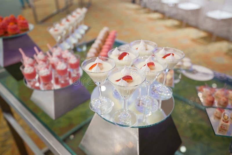 Стильное сладостное buffe конфеты установило на confection свадебной церемонии стоковые изображения rf