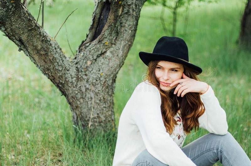 Стильные обмундирования богемца весны Носить белые свитер и bla стоковая фотография