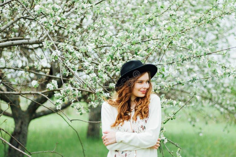 Стильные обмундирования богемца весны Носить белые свитер и bla стоковые фотографии rf