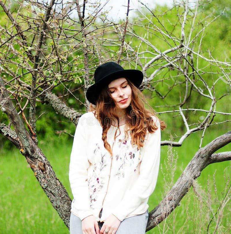 Стильные обмундирования богемца весны Носить белые свитер и bla стоковые изображения
