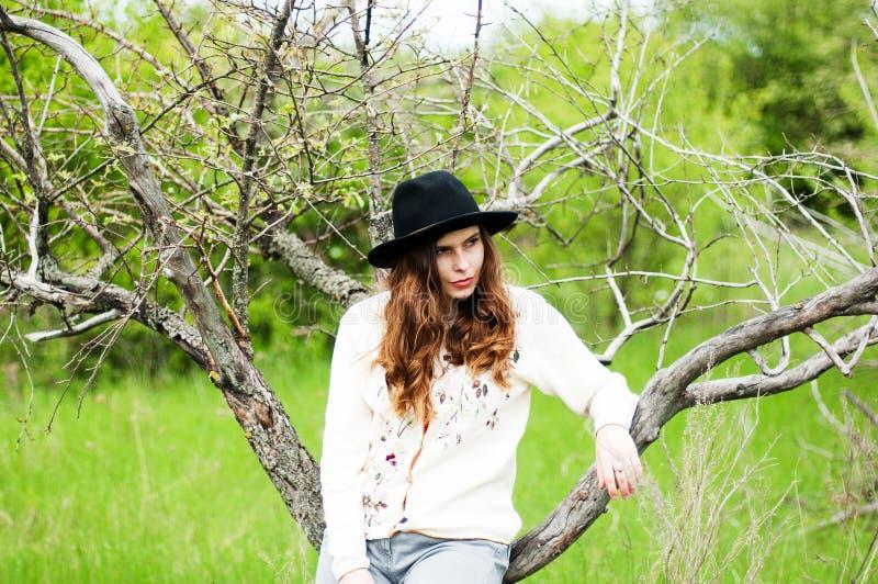 Стильные обмундирования богемца весны Носить белые свитер и bla стоковое изображение