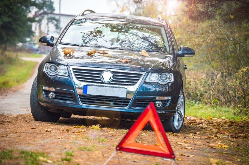 Стильные спортивная машина и предупредительный знак стоковая фотография
