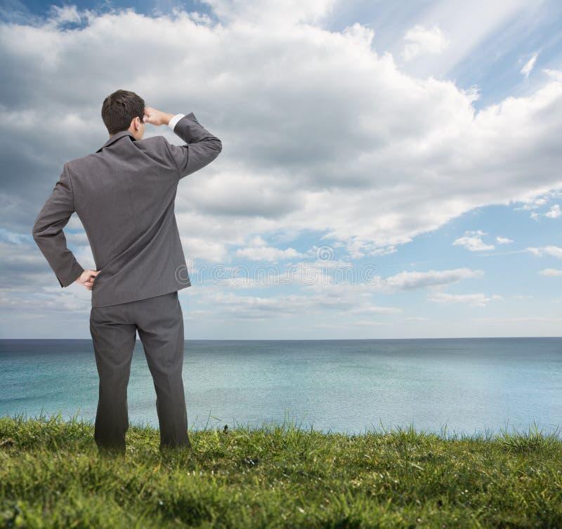 Стильный бизнесмен смотря море стоковая фотография rf
