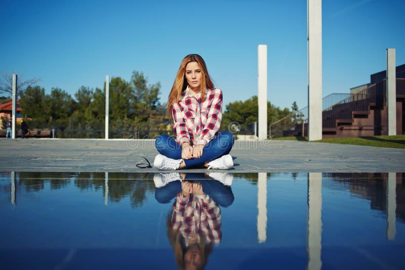 стильный женский битник наслаждаясь солнечным днем outdoors стоковые изображения