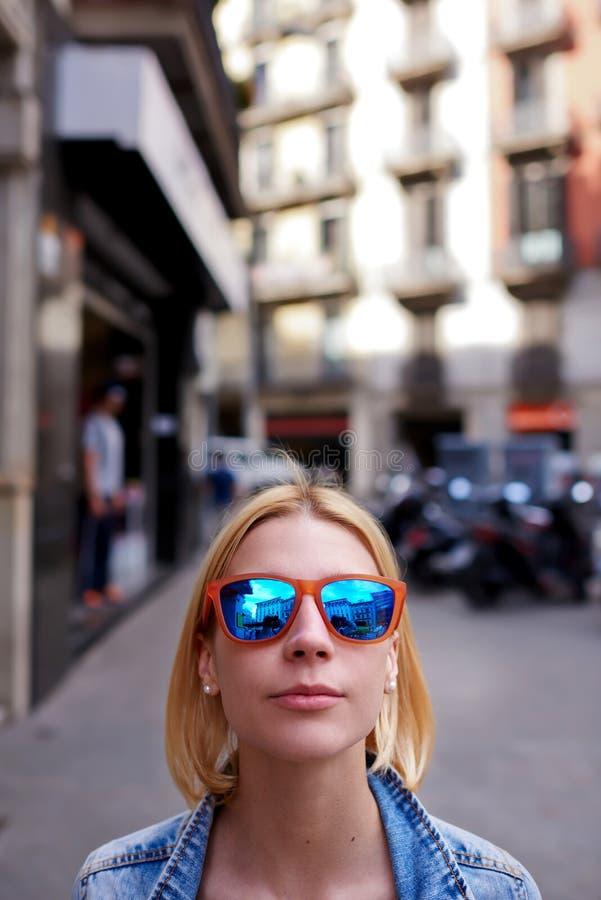 Стильный и клоните женщина в городских условиях смотря к вам стоковые фотографии rf