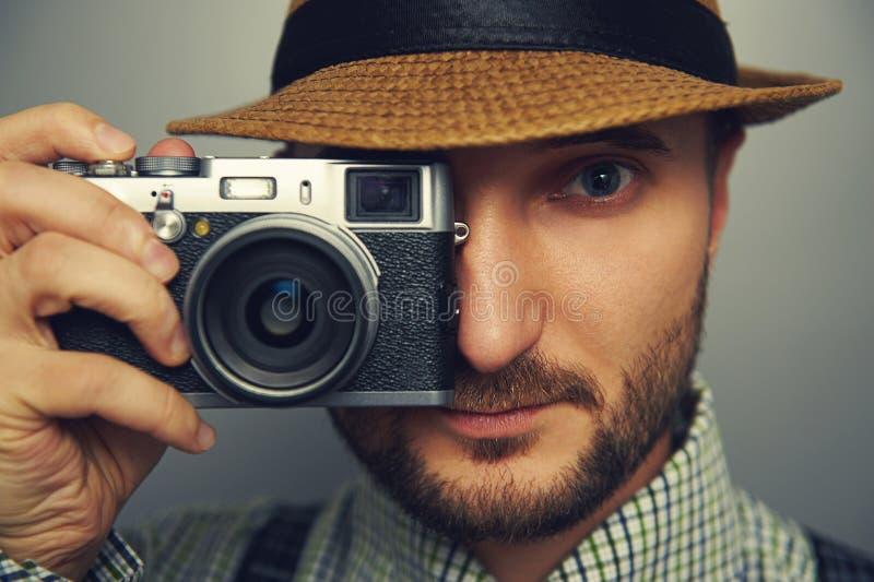 Стильный красивый человек с камерой стоковая фотография rf