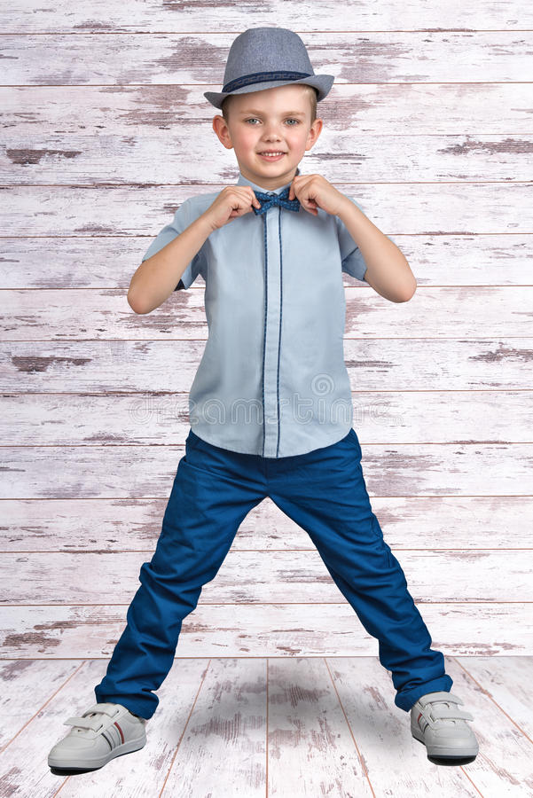 Стильный мальчик в элегантных костюме и шляпе Маленький бизнесмен Мода ` s детей стоковое фото rf