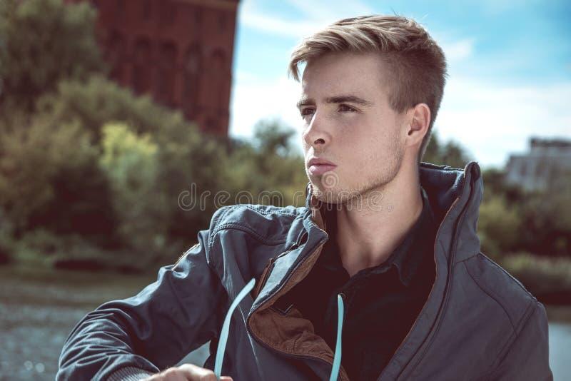 Стильный молодой красивый человек стоковые фотографии rf