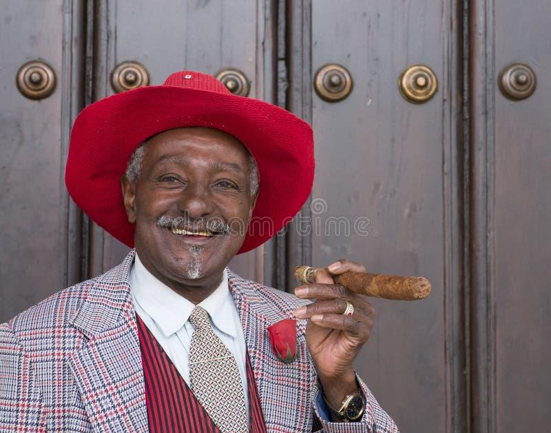 Стильный человек с сигарой, Гаваной Кубой стоковое изображение rf