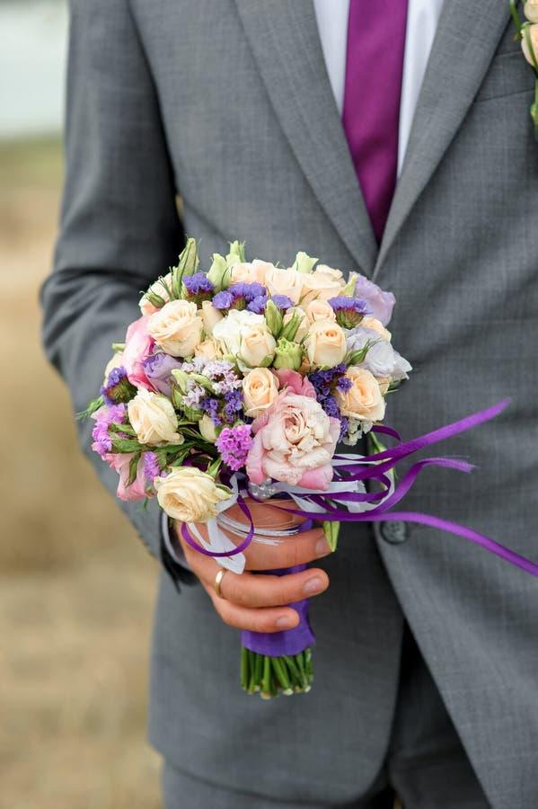 Стильный bridal букет свежих цветков с пурпуром акцента стоковая фотография