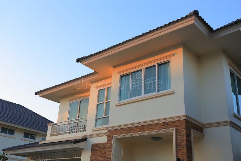 Стиль большого дома современный с солнечностью и голубым небом стоковая фотография rf