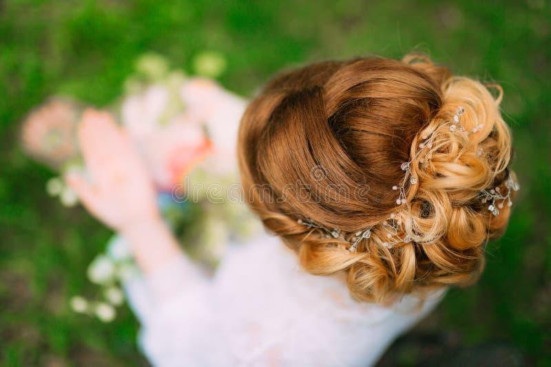 Стиль причёсок конца-вверх невесты Делать законченный парикмахером стоковая фотография rf