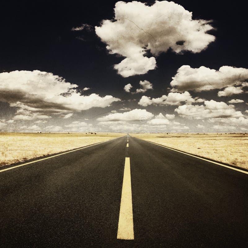 Стиль Grunge - управляющ на старом шоссе на солнечном дне стоковые фотографии rf