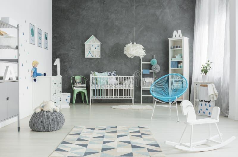 Стиль Scandi, просторная комната ребенка стоковые фотографии rf