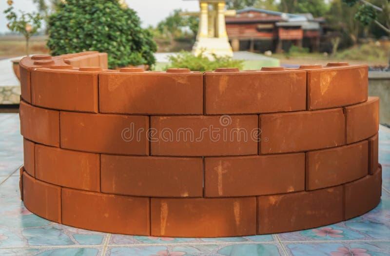 Стога винтажного оранжевого кирпича для цветочного горшка вне дома стоковое фото