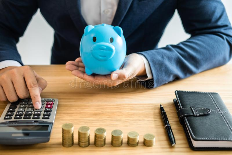 Стога монетки для шага вверх по растя делу к выгоде и сбережений с копилкой, сохраняя деньгами для плана на будущее и пенсионным  стоковые изображения