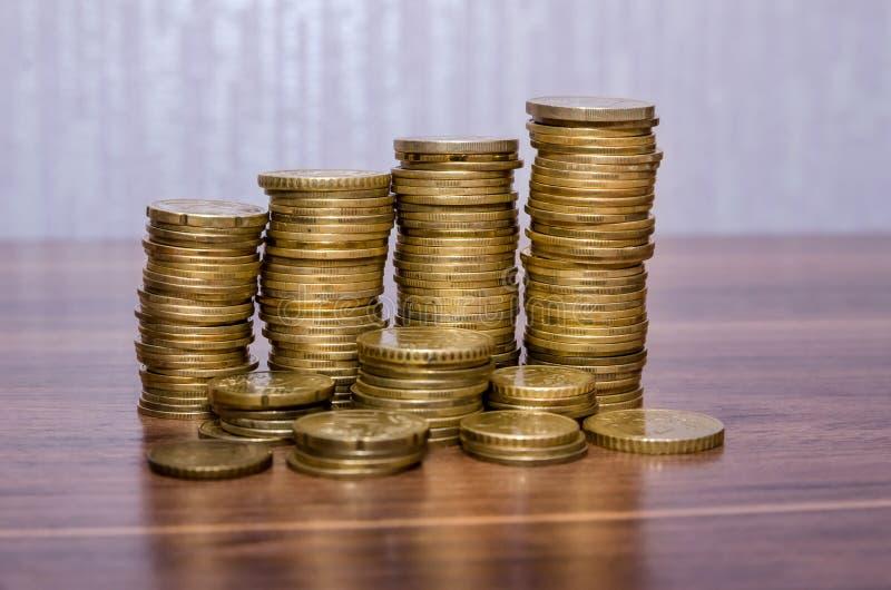 Стога монеток евро золотых стоковая фотография