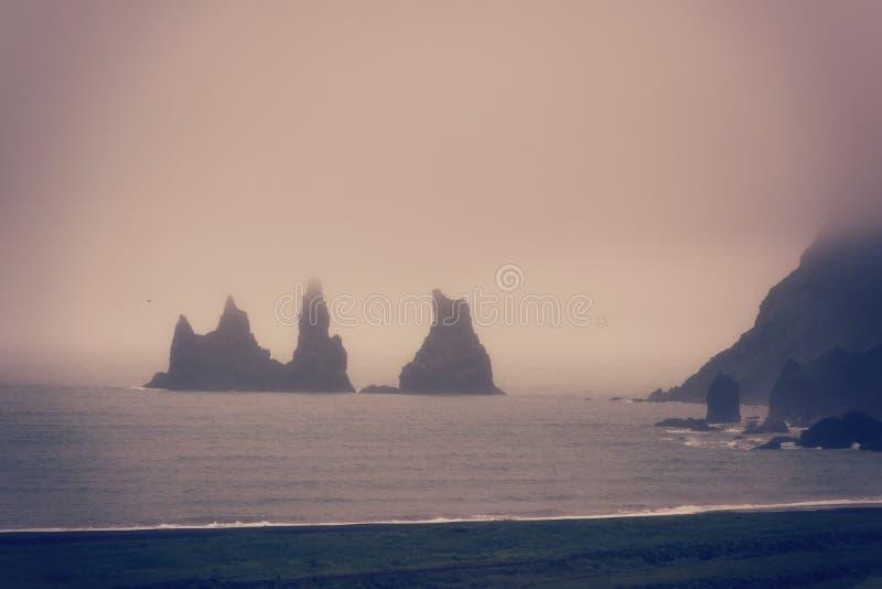Стога моря базальта Reynisdrangar, горные породы на пляже Reynisfjara отработанной формовочной смеси, Vik, Исландии стоковая фотография