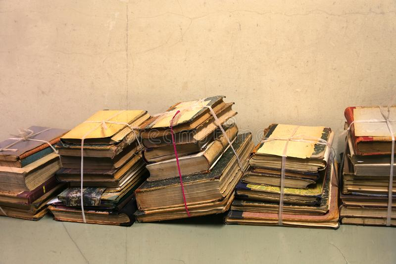стога очень старых книг стоковые изображения rf