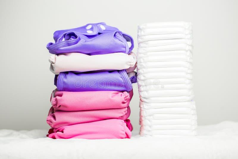 Стога пеленок ткани eco дружелюбных washable и современных устранимых пеленок совместно стоковое изображение rf